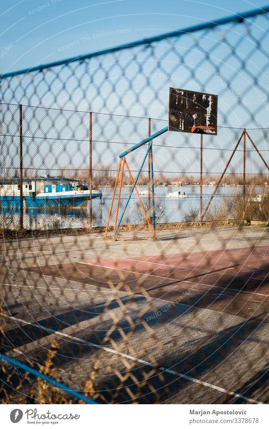 Basketballplatz im städtischen Gebiet am Fluss Sport Ballsport Gerichtsgebäude Spielplatz alt natürlich sportlich Stadt Ghetto Menschenleer aussetzen