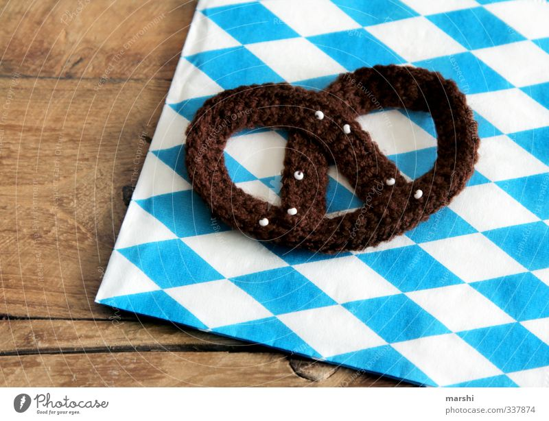 Brezn - mit Liebe gebacken blau weiß Essen braun Lebensmittel Freizeit & Hobby Häusliches Leben Ernährung Symbole & Metaphern Holzbrett Bayern Oktoberfest Wolle