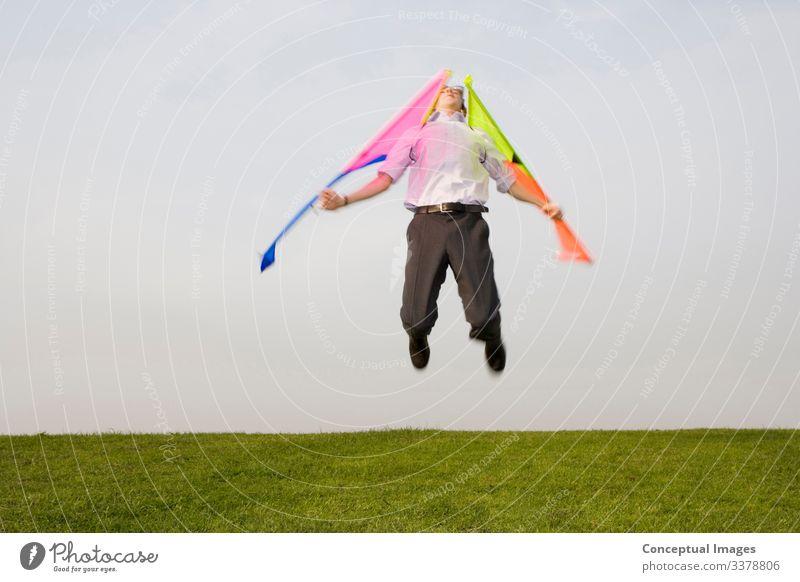 Ein Mann springt in die Luft mit Flügeln an den Armen Mensch 1 Erfolg Fortschritt Freiheit innovativ Inspiration Ehrgeiz Vorfreude Herausforderung Gefahr