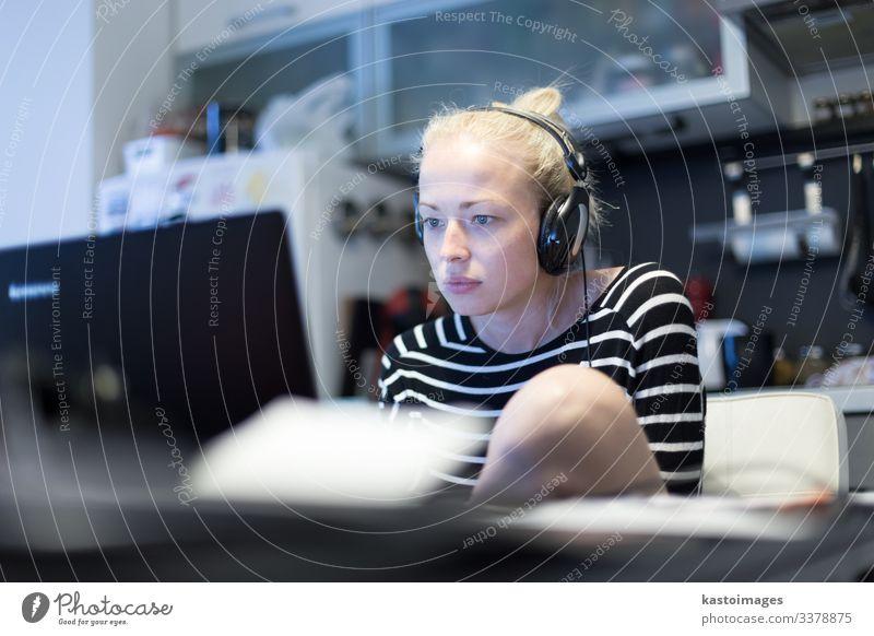 Frau, die nachts aus der Ferne arbeitet und lernt. Lifestyle ruhig lesen Tisch Küche Arbeit & Erwerbstätigkeit Arbeitsplatz Büro Business Computer Notebook