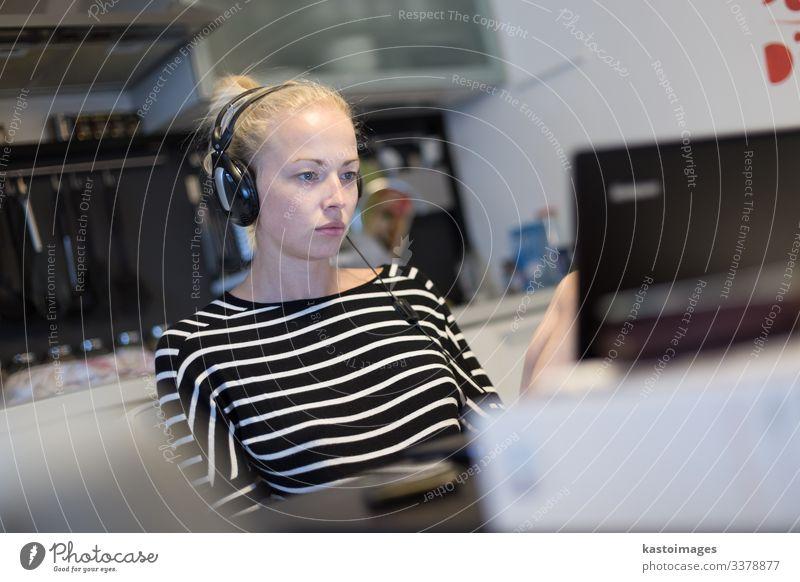 Frau, die bis spät in die Nacht aus der Ferne arbeitet und lernt. Lifestyle ruhig lesen Tisch Küche Arbeit & Erwerbstätigkeit Arbeitsplatz Büro Business