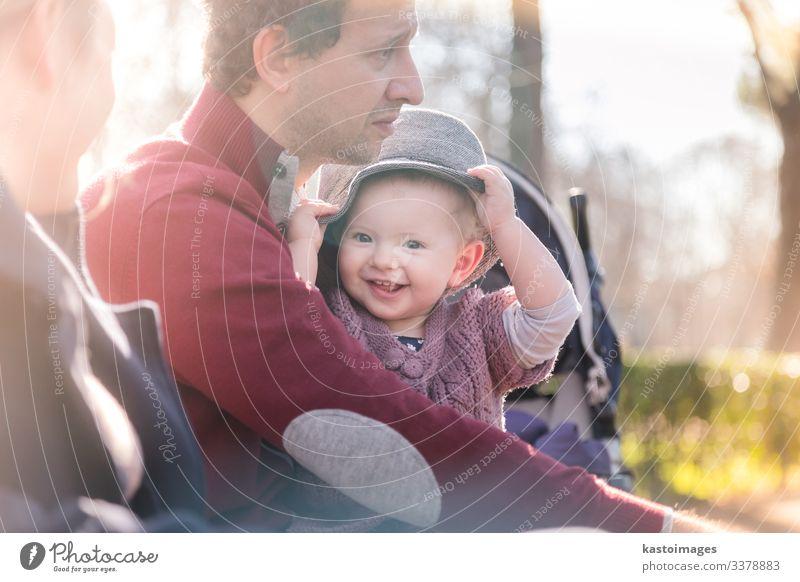 Junge glückliche Familie mit fröhlichem Kind, die sich an einem sonnigen Tag im Park vergnügt. Lifestyle Freude Glück schön Freizeit & Hobby Spielen Kleinkind