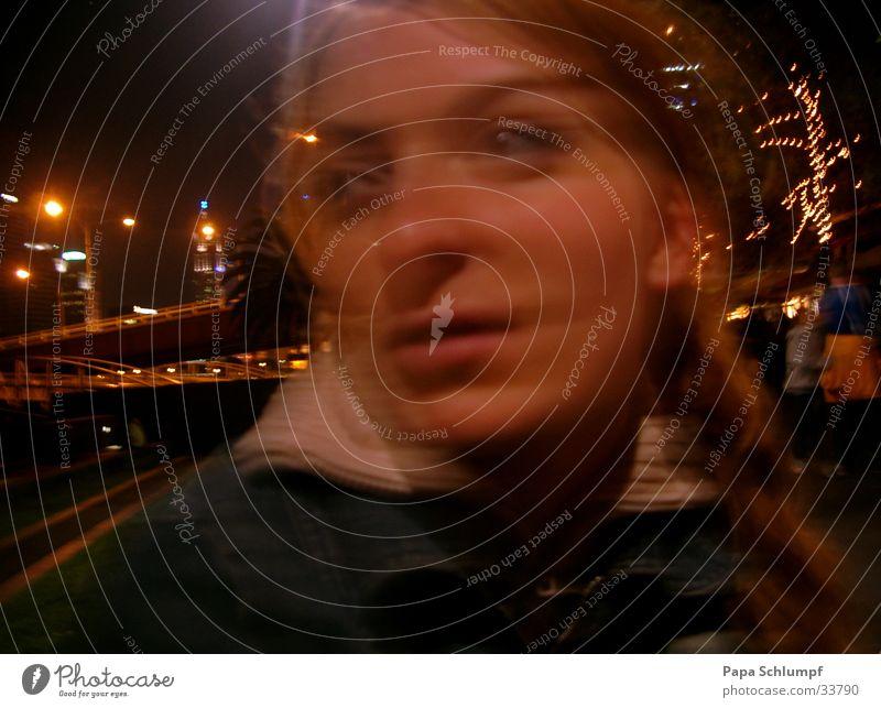 Warteraum Frau schön Stadt träumen Nachtleben utopisch