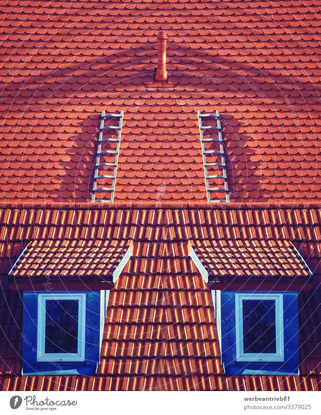 Fenster hochklettern - Kunstszene Haus Klettern Bergsteigen Architektur außergewöhnlich Surrealismus Symmetrie Dach Dachterrasse nach oben Aufsteiger Dachziegel