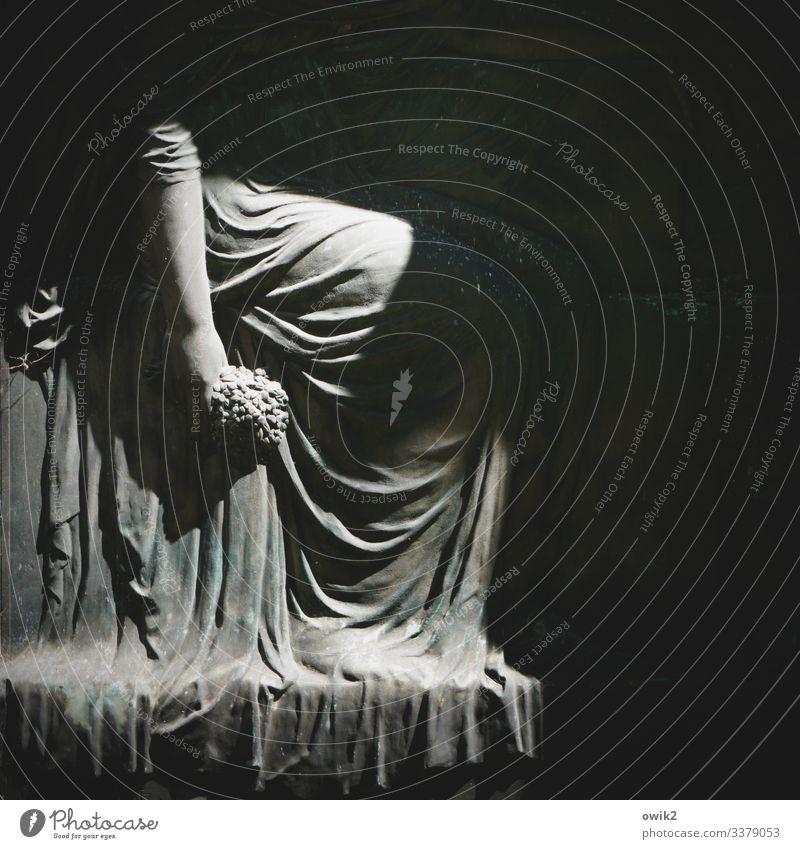 Faltenrock Frau Erwachsene Arme 1 Mensch Friedhof Grabstein Faltenwurf Stein sitzen historisch trösten Hoffnung Tod Trauer Traurigkeit Vergangenheit