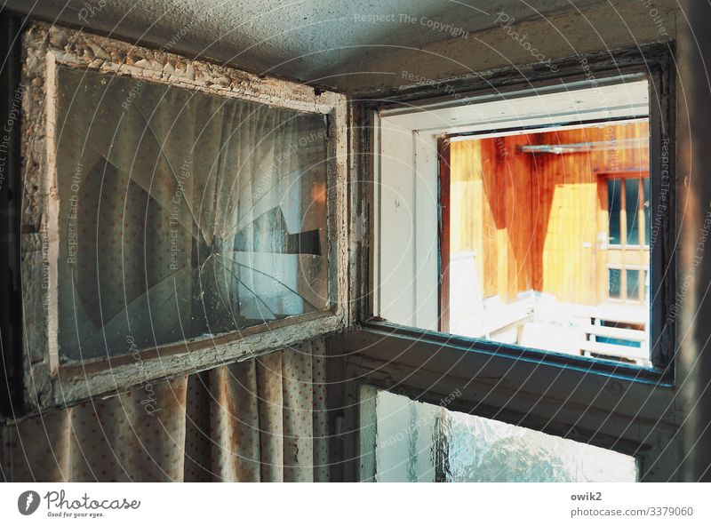 Zwangsbelüftung Haus Mauer Wand Fassade Fenster Tür Treppe Glasscheibe Fensterrahmen Vorhang Holz alt kaputt Verfall Vergänglichkeit Zerstörung Toilettenfenster