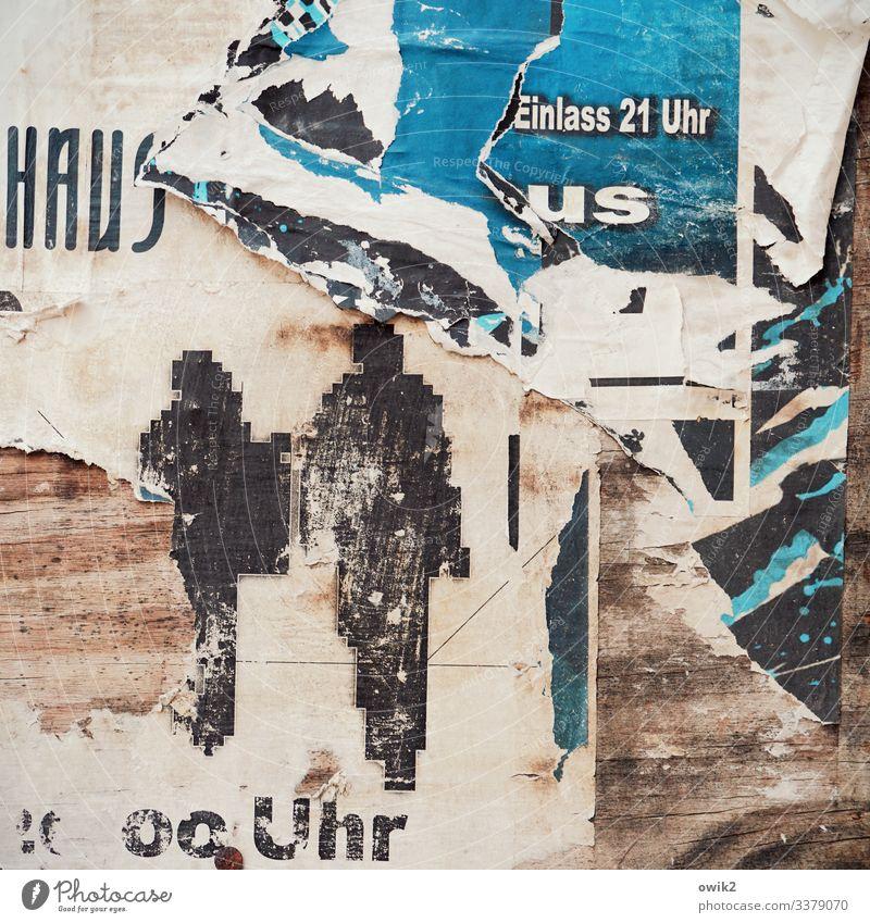Pünktliches Erscheinen sichert die besten Plätze Mensch 2 Plakatwand Rest Papier Fetzen Holz Schriftzeichen Ziffern & Zahlen gehen alt trashig Verfall