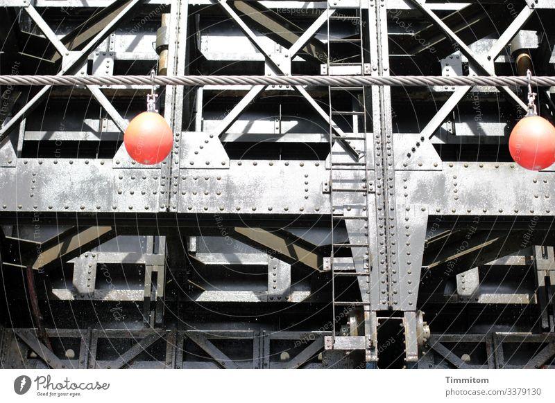 Schleuse Technik & Technologie Verkehr Schifffahrt Binnenschifffahrt Metall Kunststoff Linie groß kalt grau rot schwarz Gefühle Leiter Metallstreben Niete