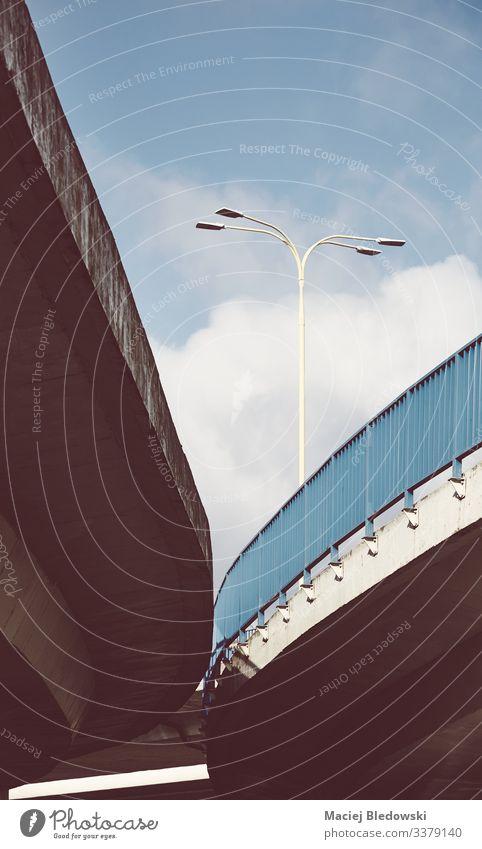 Überführung mit Leitplanke, farbig getöntes Bild. Straße Hochstraße Beton Großstadt minimalistisch Lampe Infrastruktur Instagrammeffekt gefiltert altehrwürdig