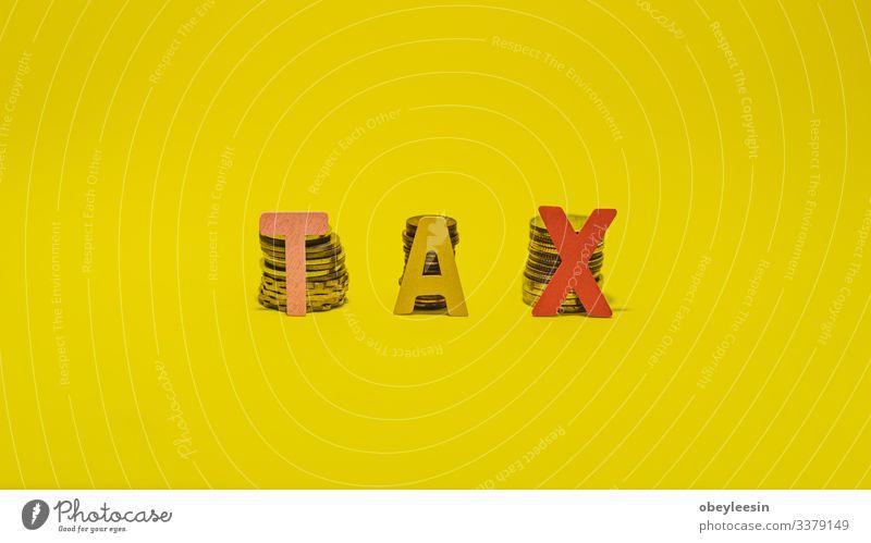 Steuerkonzept mit Holzblock auf gestapelten Münzen Lifestyle Geld Schreibtisch Tisch Erfolg Arbeit & Erwerbstätigkeit Beruf Büroarbeit Arbeitsplatz Wirtschaft