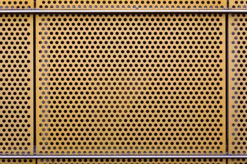 Lochblech Metall gelb Blech Wandverkleidung Menschenleer Textfreiraum Farbfoto Außenaufnahme Tag