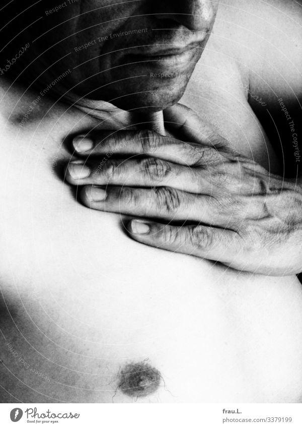 helldunkel Mensch maskulin Mann Erwachsene 1 45-60 Jahre sitzen Hand Brust Brustwarze Mund bleich Sonnenbad Dreitagebart Kontrast ruhig Vertrauen schön