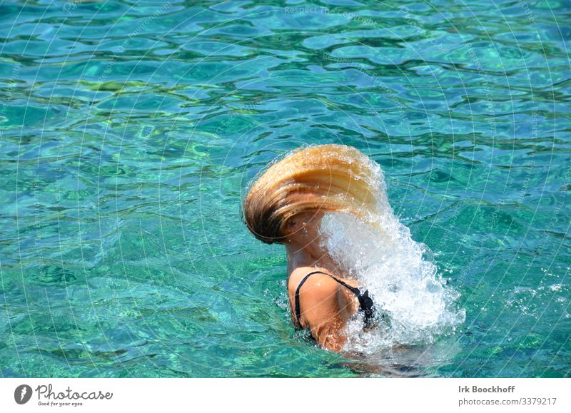 Haare schleudern mit Wassertropfen im Pool Freude Haare & Frisuren Wohlgefühl Schwimmbad Ferien & Urlaub & Reisen Sommer Sonne Wassersport Schwimmen & Baden