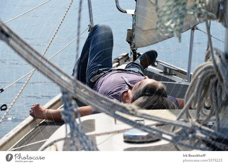 Chillen an Bord Wohlgefühl Zufriedenheit Erholung ruhig Segeln Ausflug Sommer Sommerurlaub Sonnenbad feminin 1 Mensch Ostsee Segelboot Segelschiff Seil An Bord