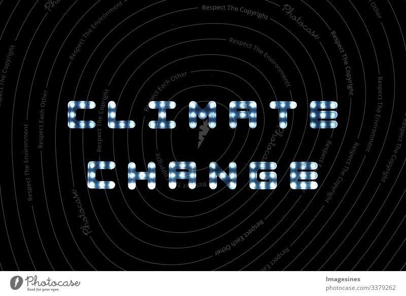 Klimawandel, LED leuchtet mit dem englischen Wort Climate change - Klimawandel auf schwarzer Anzeigetafel, Led Hintergrund leuchten schwarzer Hintergrund Glanz