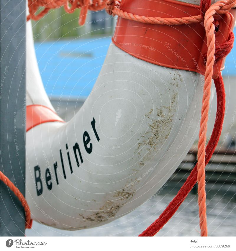 Rettungsring mit der Aufschrift Berliner hängt an einem Metallpfahl am Flussufer Ring Gefahr Schutz Seil Schnur Hilfe Stadt Hauptstadt Kunsstoff hängen retten