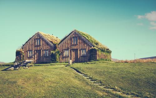 Doppelhausganzes Häusliches Leben Wohnung Haus Umwelt Natur Himmel Wolken Gras Wiese Hütte Fenster Dach Wege & Pfade Wachstum nachhaltig blau grün Idylle
