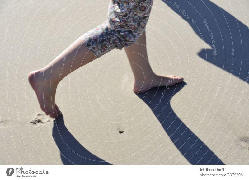 Spaziergang barfuß am Strand Ferien & Urlaub & Reisen Tourismus Ausflug Sommer Sommerurlaub Sonne Meer Insel wandern feminin Beine Fuß 1 Mensch 18-30 Jahre