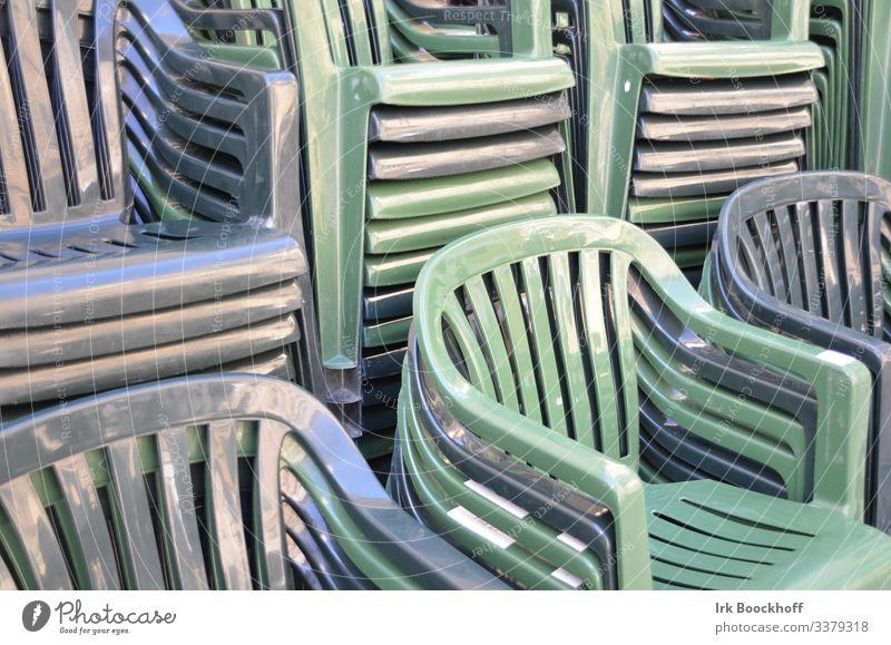 gestapelte Plastikstühle in monochromen Farben Stil Design Stuhl Gartenstuhl Plastikstuhl Kunststoff Erholung sitzen blau grün Monochrom Gedeckte Farben
