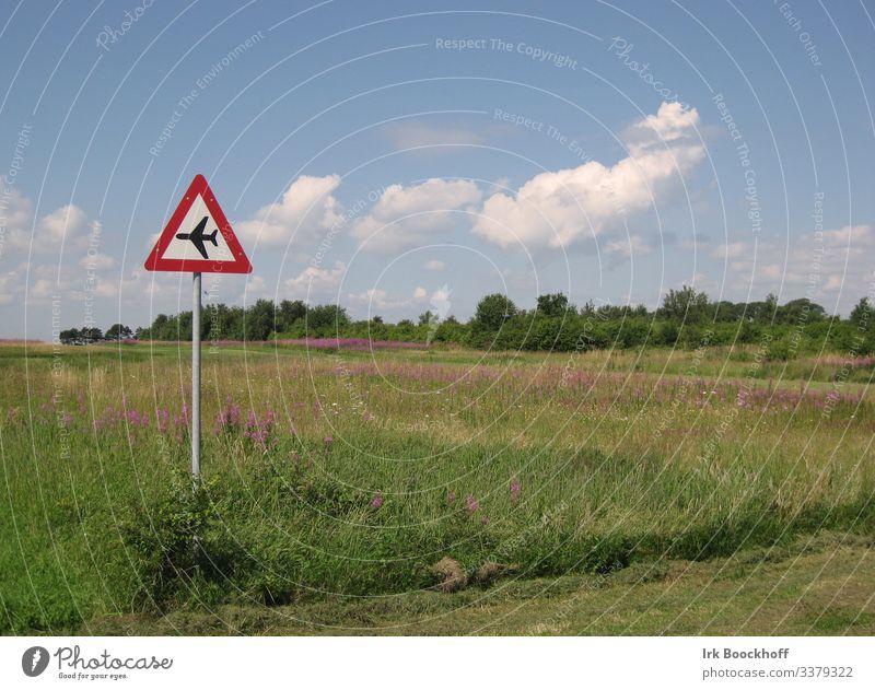 kleiner Flugplatz auf einer Insel fliegen Luftverkehr Landschaft Schönes Wetter Dorf Menschenleer Landebahn Zeichen Schilder & Markierungen Hinweisschild