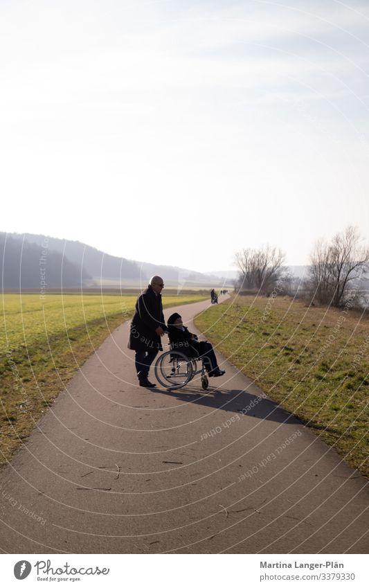 Am Ende des Weges Mensch maskulin feminin Mann Erwachsene Weiblicher Senior Frau 2 60 und älter Wege & Pfade alt gehen Vertrauen Hilfsbereitschaft Verantwortung
