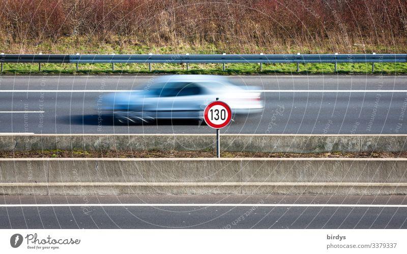Tempolimit 130, Geschwindigkeitsbeschränkung auf deutschen Autobahnen. Schild an einer Autobahn mit vorbeifahrendem Auto mit Bewegungsunschärfe. Klimawandel