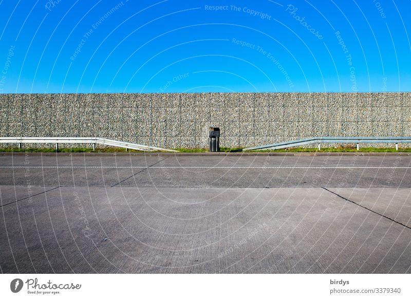 leerer Autobahnparkplatz Wolkenloser Himmel Schönes Wetter Verkehr Verkehrswege Autofahren Parkplatz Müllbehälter authentisch Sauberkeit blau grau ästhetisch