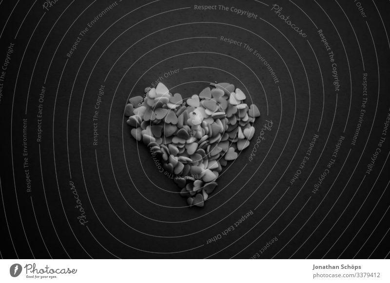 Herzen in Form eines Herzens in schwarzweiß Abstrakter schwarzer Hintergrund Darkmode Date Datum Draufsicht Erotik Freude Frühlingsgefühle Gefühle Liebe