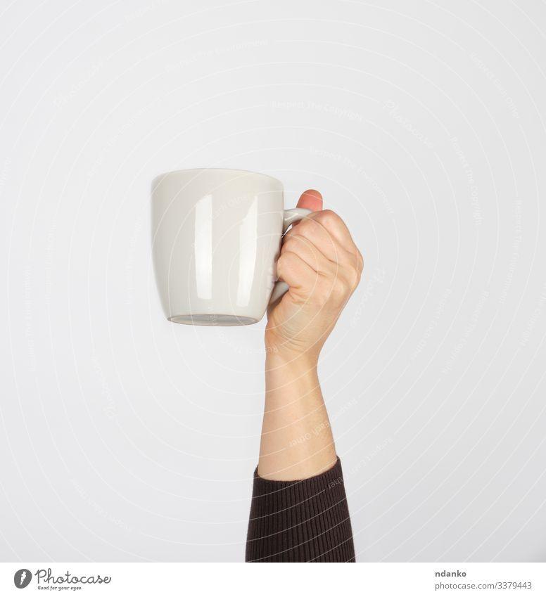 weiße Keramiktasse in der Hand einer Frau Frühstück Mittagessen Getränk Kaffee Espresso Tee Design Küche Mensch Erwachsene Arme Finger Container heiß braun
