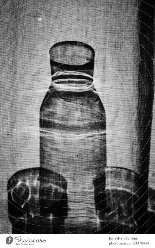 Schatten von Glas hinter dem Vorhang minimalistisch schwarz Abstrakter schwarzer Hintergrund Schwarze Textur Minimales Schwarz Minimalismus