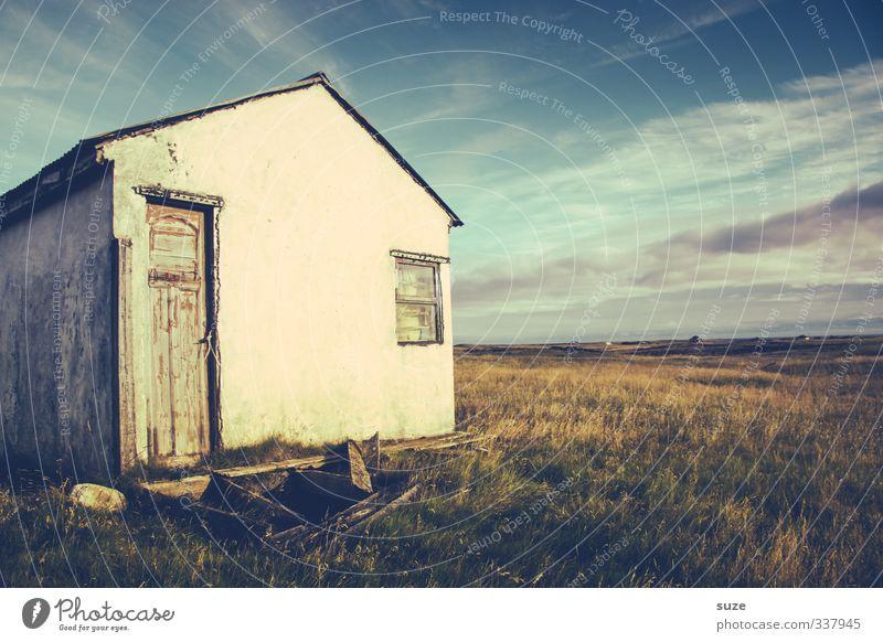 Hauslicht Abenteuer Umwelt Natur Landschaft Himmel Wolken Horizont Sommer Schönes Wetter Gras Wiese Hütte Ruine Fassade Fenster Tür alt Tod Einsamkeit