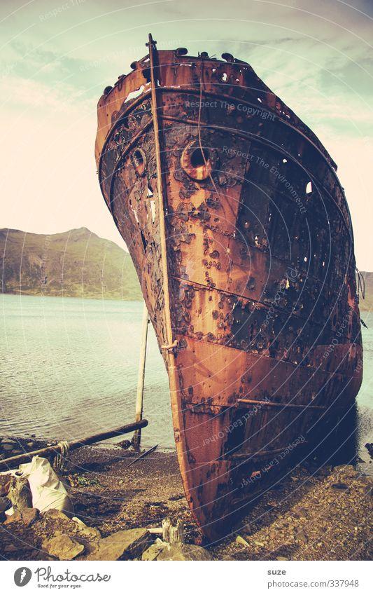 Eiserne Lady Umwelt Natur Landschaft Wasser Küste Seeufer Bucht Meer Hafen Schifffahrt Öltanker Wasserfahrzeug Stein Rost alt dunkel fantastisch kaputt