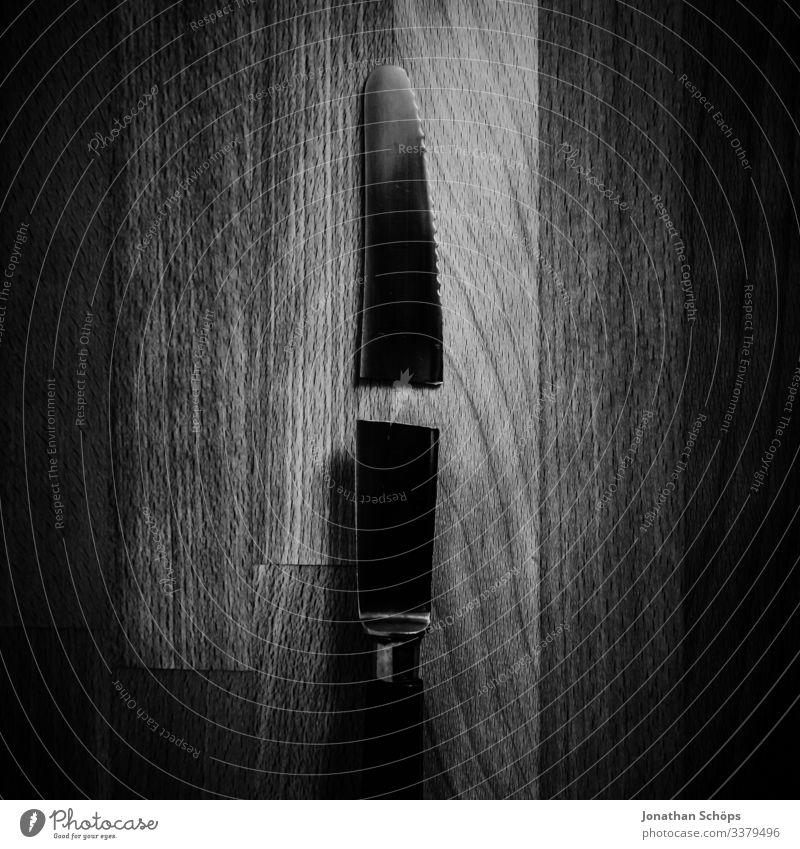 zerbrochenes Messer auf Schneidebrett Abstrakter schwarzer Hintergrund Darkmode Minimales Schwarz Minimalismus Schwarze Textur Trennung auseinander defekt
