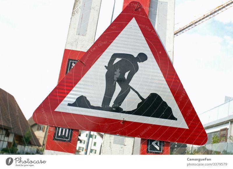Arbeit Dorf Verkehr Straßenverkehr Schilder & Markierungen Verkehrszeichen anstrengen Arbeiter Arbeit & Erwerbstätigkeit Alltag Strassenarbeiter Farbfoto