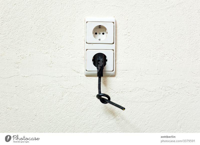 Stecker in der Steckdose elektrik elektriker elektronik infrastruktur kabel schuko sparen steckdose stecker strom stromleitung strompreis stromversorgung knoten