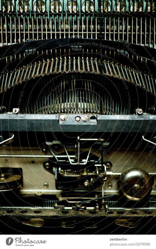 Schreibmaschine von unten alt antik Autor büro feinmechanik Metall Römer schreiben schreibmaschine schrift schriftsteller schriftverkehr sekretärin tastatur