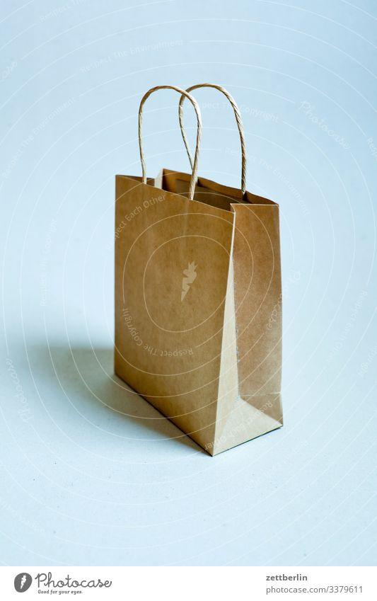 Papiertüte einkauf geschenk innen kaufen leer menschenleer packpapier packpapiertüte shopping textfreiraum umsatz verpackung stehen laden geschäft Überraschung