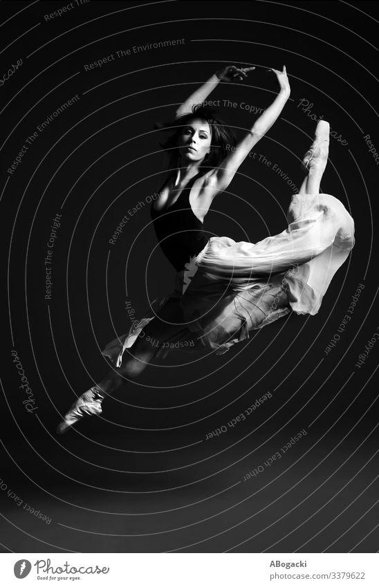 Ballerina im Hirschsprung, Balletttänzerin in auffälliger Flughaltung Tänzer fliegen Fliege springen bw Frau schön altehrwürdig retro Kleidung Rock Tanzen Pose