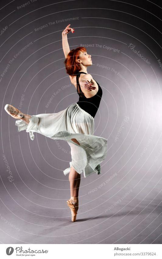 Junge Balletttänzerin in ausdrucksstarker Pose Beweglichkeit Rock Anmut Flexibilität Klassik Licht Tanzen zierlich Schönheit Erwachsener Künstler Gleichgewicht