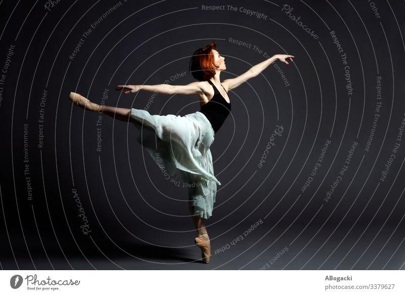 Balletttänzerin mit klassischem Rock in ausdrucksstarker Tanzpose Aktion Erwachsener Kunst Künstler künstlerisch Gleichgewicht Ballerina Tanzen Tänzer dynamisch