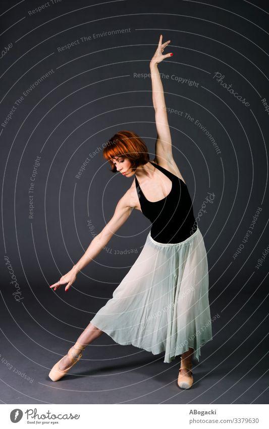 Balletttänzerin übt vor der Vorstellung Erwachsener Künstler künstlerisch Ballerina schön Tanzen Tänzer Mode beweglich Mädchen menschlich Leistung Künstlerin