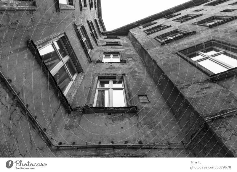 Prenzlauer Berg Stadt Hauptstadt Stadtzentrum Altstadt Menschenleer Haus Bauwerk Gebäude Mauer Wand Fenster Dachrinne Vergänglichkeit Häusliches Leben Hinterhof