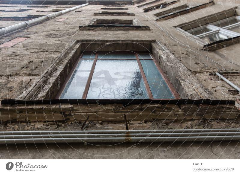 Prenzlauer Berg Stadt Hauptstadt Stadtzentrum Altstadt Menschenleer Haus Bauwerk Gebäude Architektur Mauer Wand Fenster Verfall Vergangenheit Vergänglichkeit