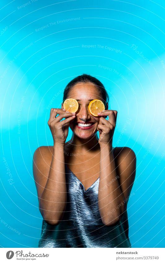 Junge Frau hält Zitronenscheiben auf den Augen Scheibe Mädchen Überfall Konzept Minimalismus Zitrusfrüchte Frucht frisch Frische Lächeln Fröhlichkeit
