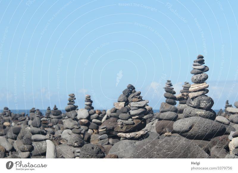 Steinmännchen in Mengen an der Küste von Teneriffa Ferien & Urlaub & Reisen Tourismus Umwelt Natur Meer Atlantik Insel Kieselsteine Zeichen bauen festhalten