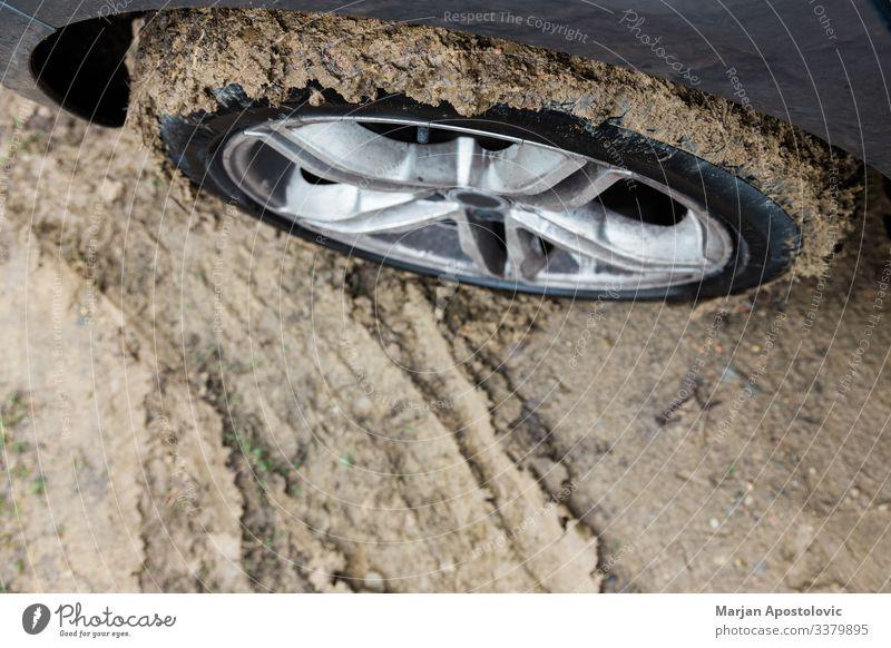 Nahaufnahme eines Schlammreifens an einem Auto Unfall Automobil Herbst PKW Konzept Land Gefahr gefährlich Schmutz dreckig Laufwerk Boden schlammig Geländewagen