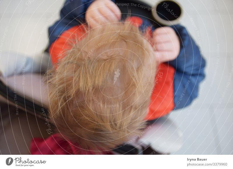 Lifestyle Stil Wohnzimmer Kind Mensch maskulin Junge Bruder Kopf Haare & Frisuren Hand 1 1-3 Jahre Kleinkind Verkehrsmittel Mode Jacke blond kurzhaarig fahren