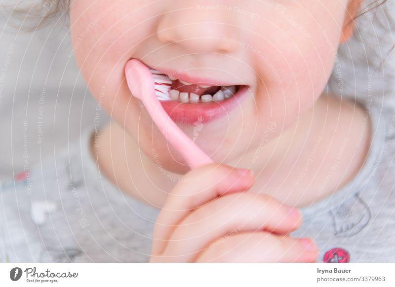 Child cleaning the teeth. Lifestyle Freude schön Körperpflege Gesicht Gesundheit Bad Kindererziehung Mensch feminin Mädchen Schwester Familie & Verwandtschaft