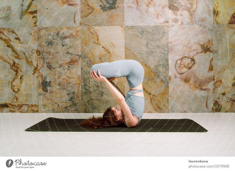 Yogini praktiziert Urdhva padmasana-Pose, selektiver Fokus Achtsamkeit aktiv Asana sportlich Körper brünett Windstille Kaukasier Übung Frau beweglich Mädchen