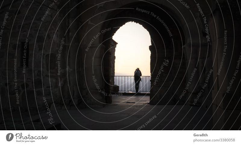 Ferien & Urlaub & Reisen Tourismus Ausflug Berge u. Gebirge Haus Mann Erwachsene Felsen Burg oder Schloss Gebäude Architektur Balkon Stein beobachten stehen